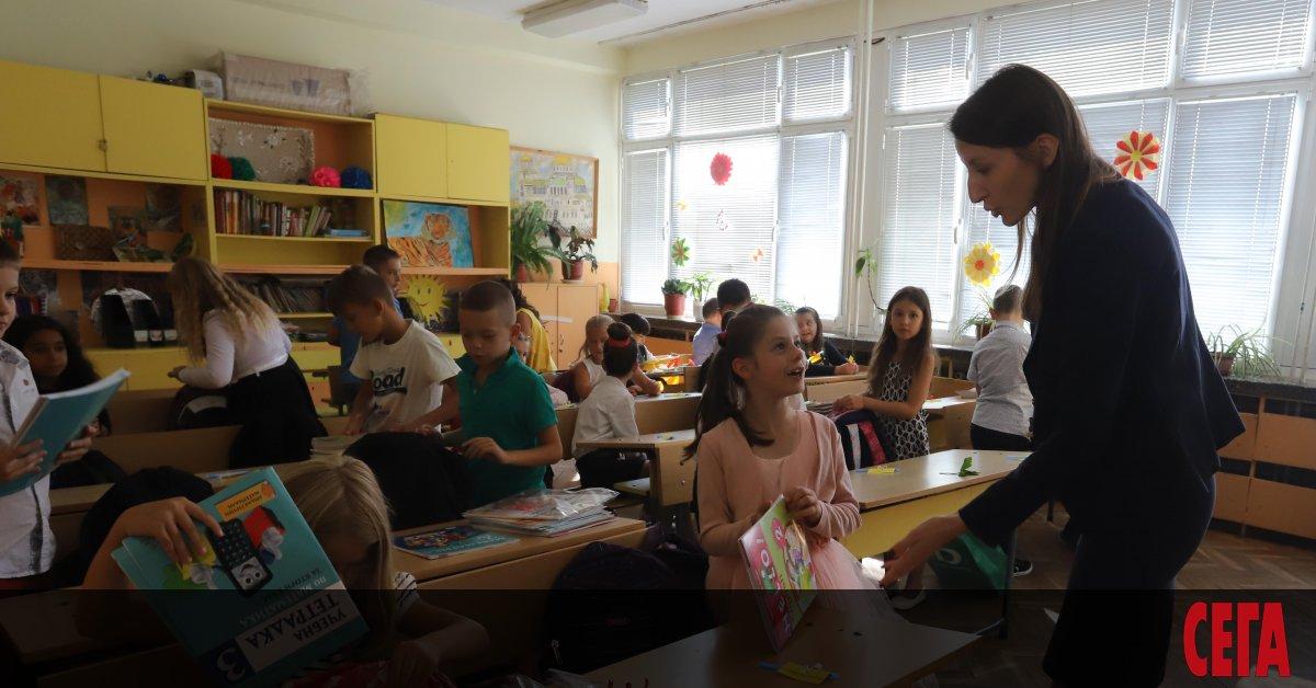 Стотици учители се търсят в страната преди началото на учебната