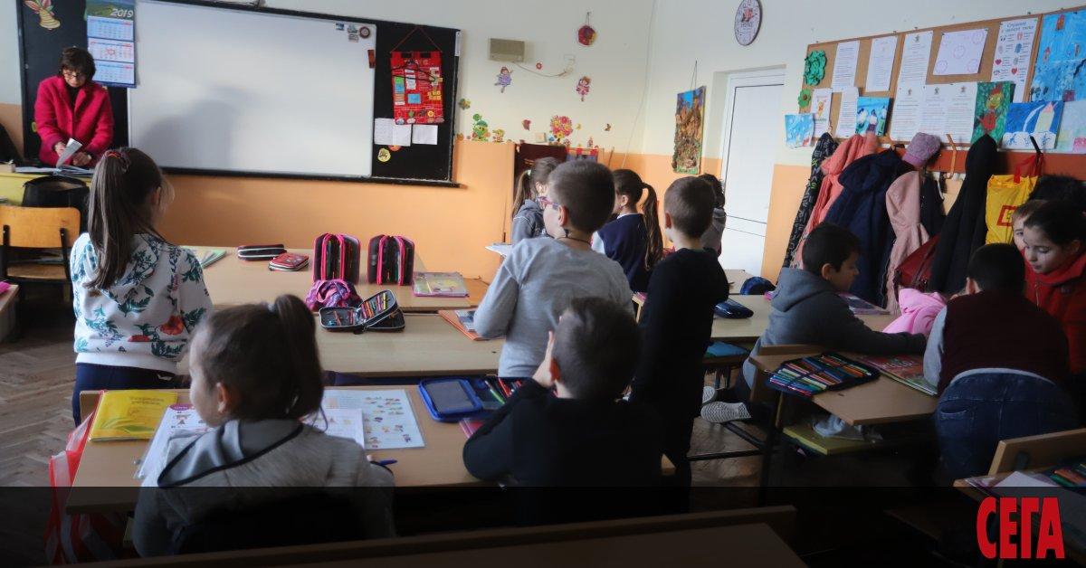 МОН обмисля удължаване на учебната година за учениците от 1