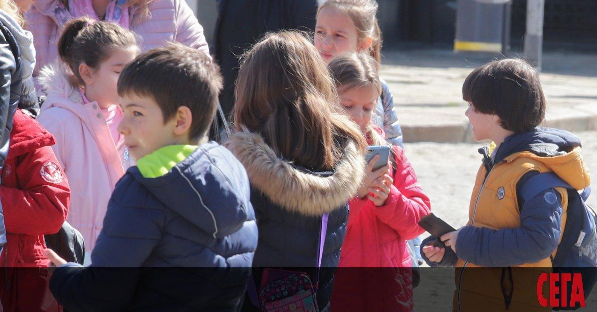 По-малко деца отпадат от училище, но темпът на намаление е