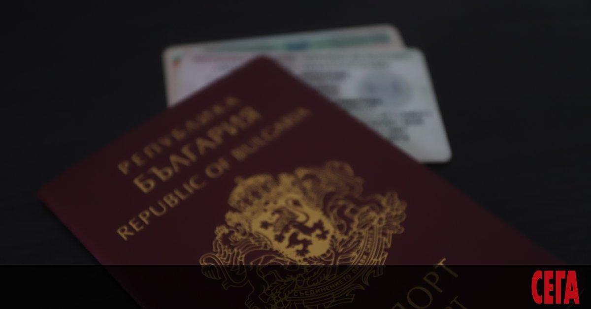 Снимка: Голямата смяна на личните документи              се задава с хаос и опашки