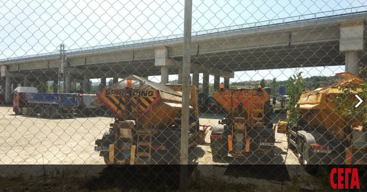 "Снимка: ""Агромах"" си оградила паркинг под мост на магистрала ""Струма"""