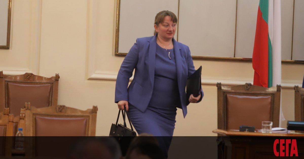 Новият социален министър Деница Сачева давасигнал, че връща постигнатите договорености