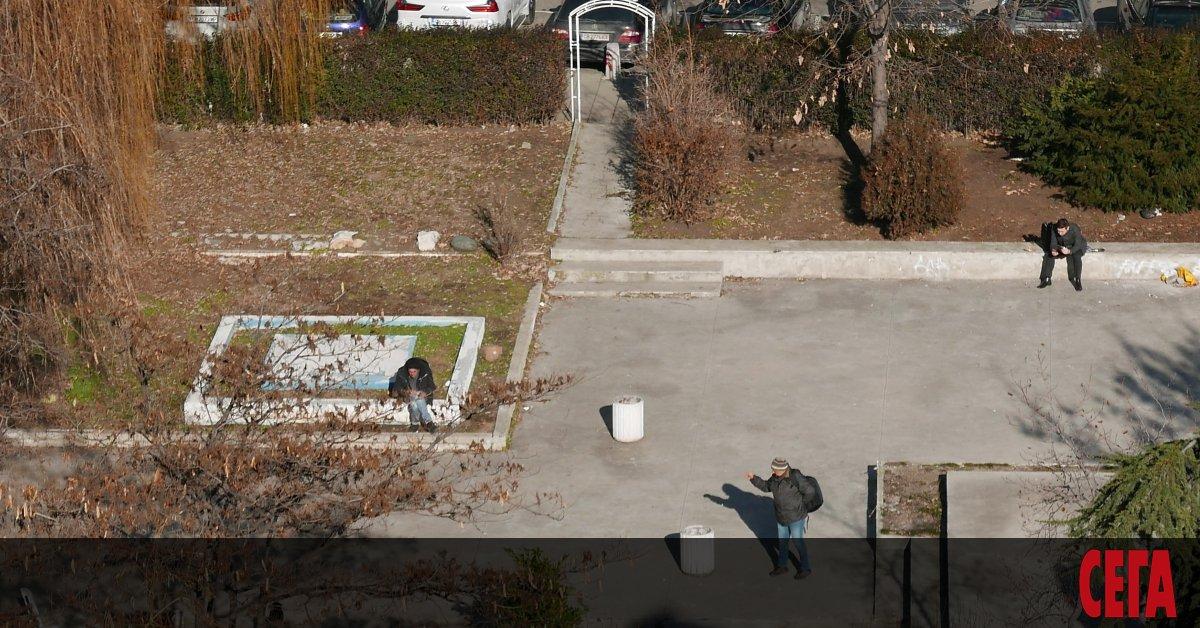 """Снимка: Градинката пред хотел """"Рила"""" тъне в разруха"""
