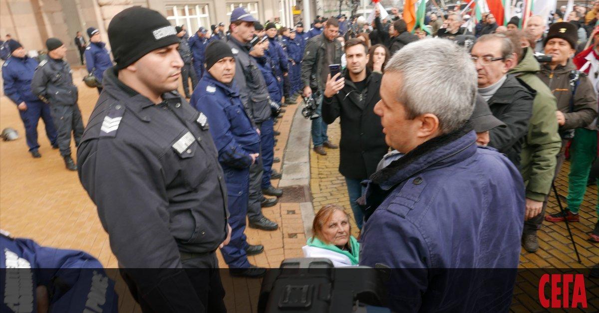 Двама от протестиращите вчерасрещу водната криза в Перник пред министерството