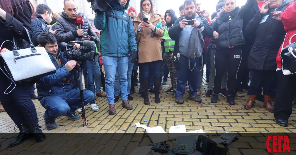 Няколко стотин души искат оставката на правителството и крещят нецензурни