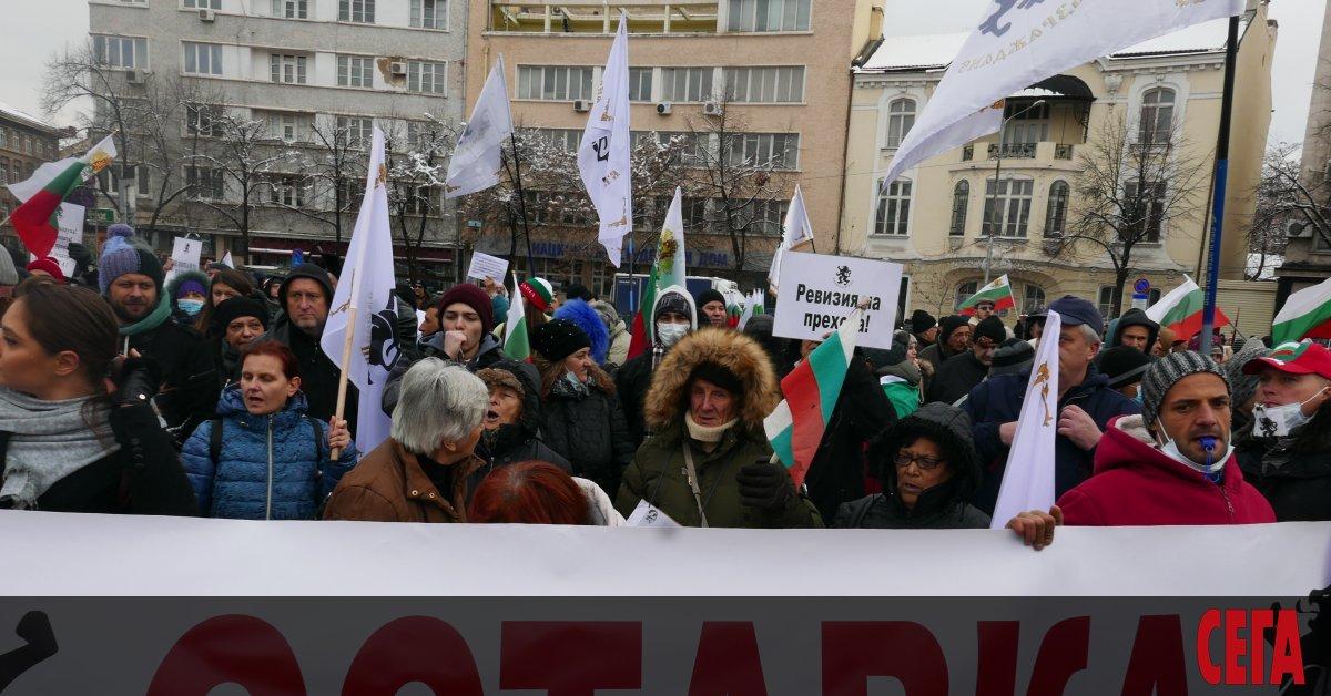 Над 200 души протестират пред Народното събрание. Те са организирани