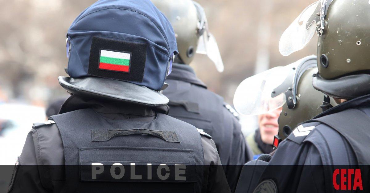 За първи ранен полицай при налагане на противоепидимичните мерки съобщават
