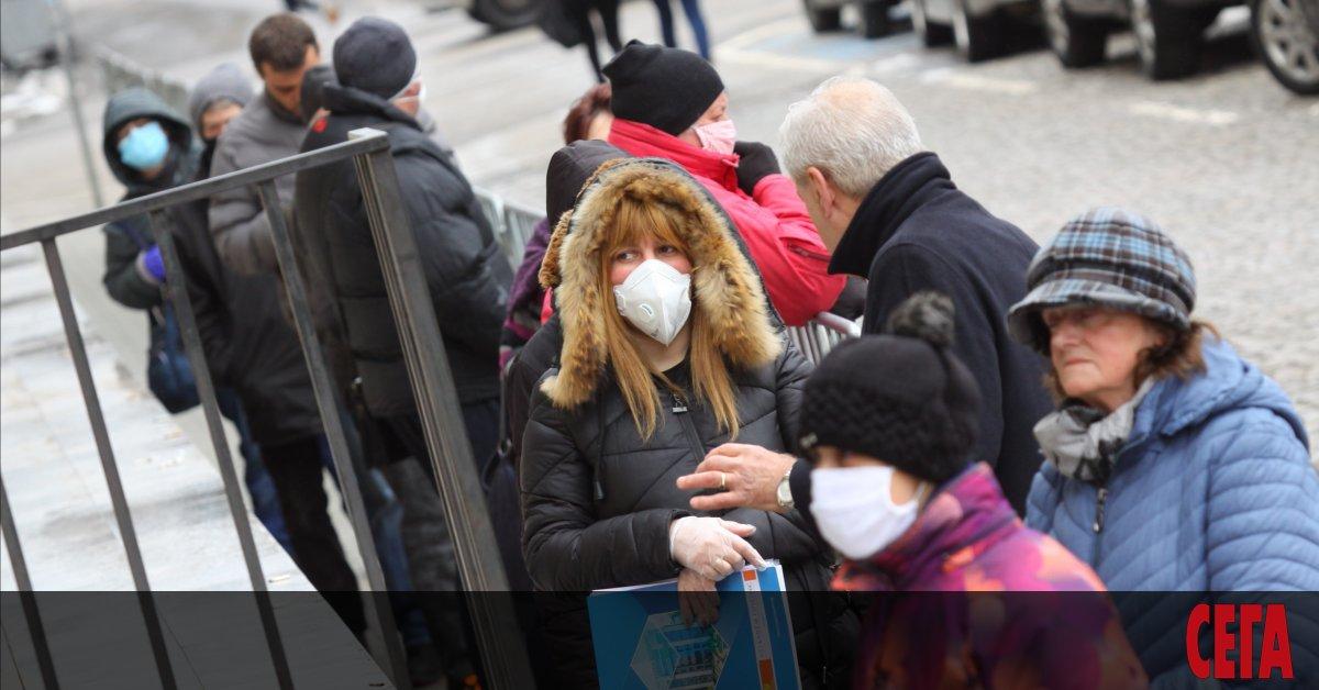 Носенето на маска на открити и закрити обществени места става