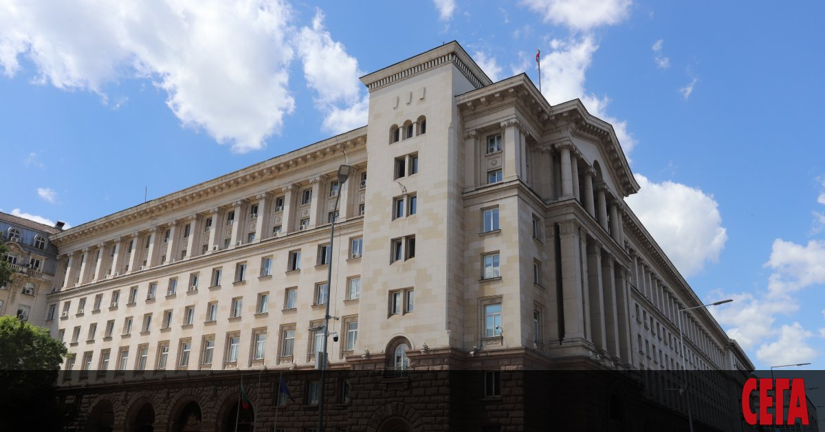 Прокурори влязоха в президентската институция, съобщава БГНЕС.Една полицейска кола и