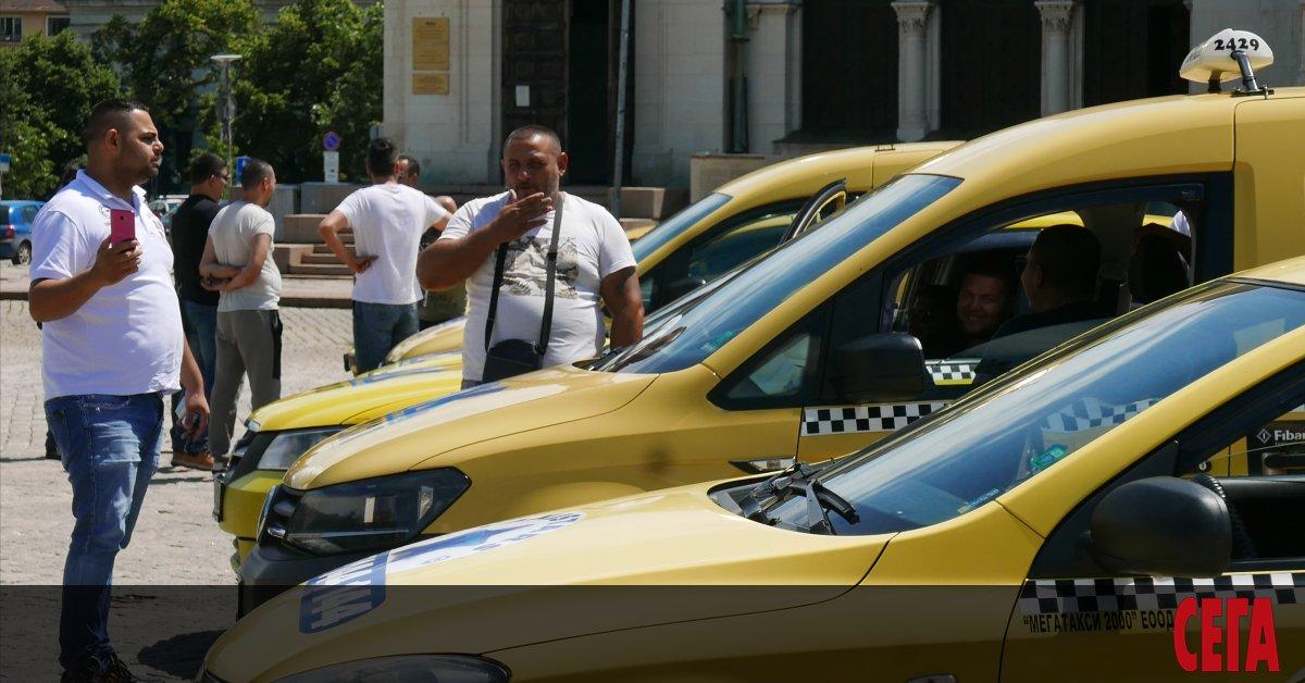 Таксиметровите шофьори също получават отстъпки с втория пакет антикризисни мерки,