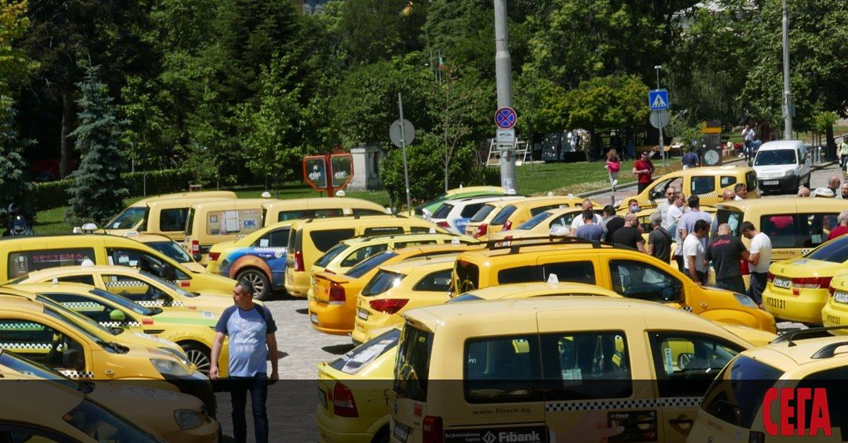 Таксиметровите превозвачи искат трикратно увеличение на първоначалната такса на услугата,