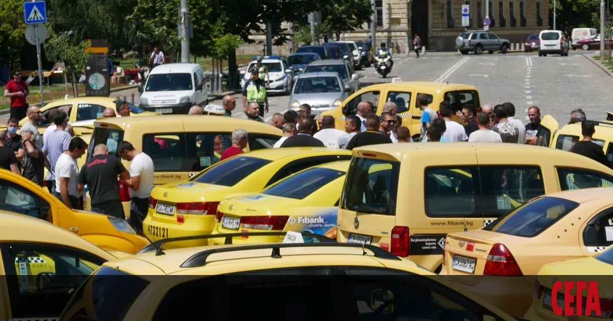 Първоначалната цена на таксиметровите превози може да скочи драстично от