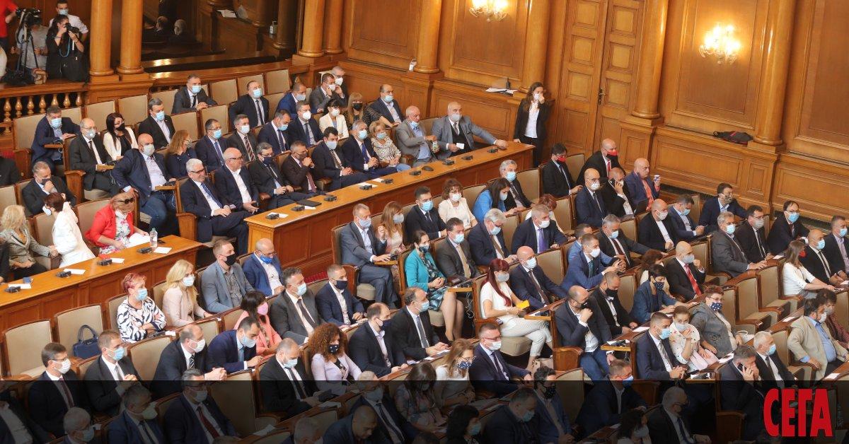 Българите са разделени в позицията си за незабавна оставка на