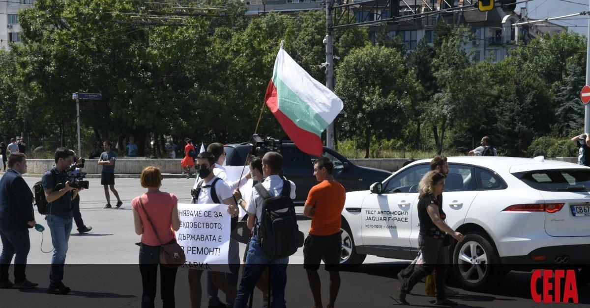 Общонационалният протест, обявен за днес, започнаоще в 12 ч. с