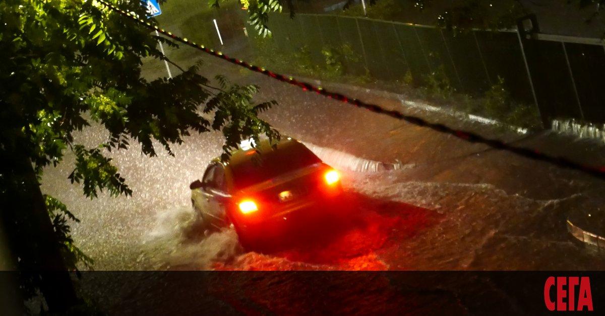 Разразилата се в понеделник срещу вторник буря в София показа