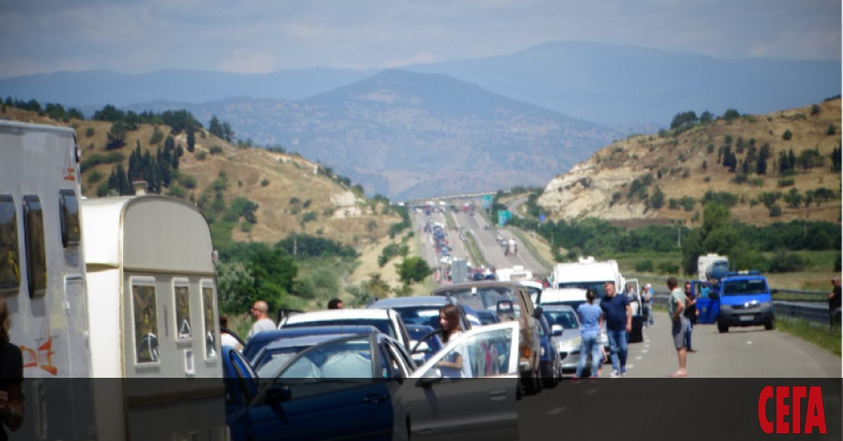 """Опашката от автомобили, които се опитват да преминатграничен пункт """"Кулата"""""""