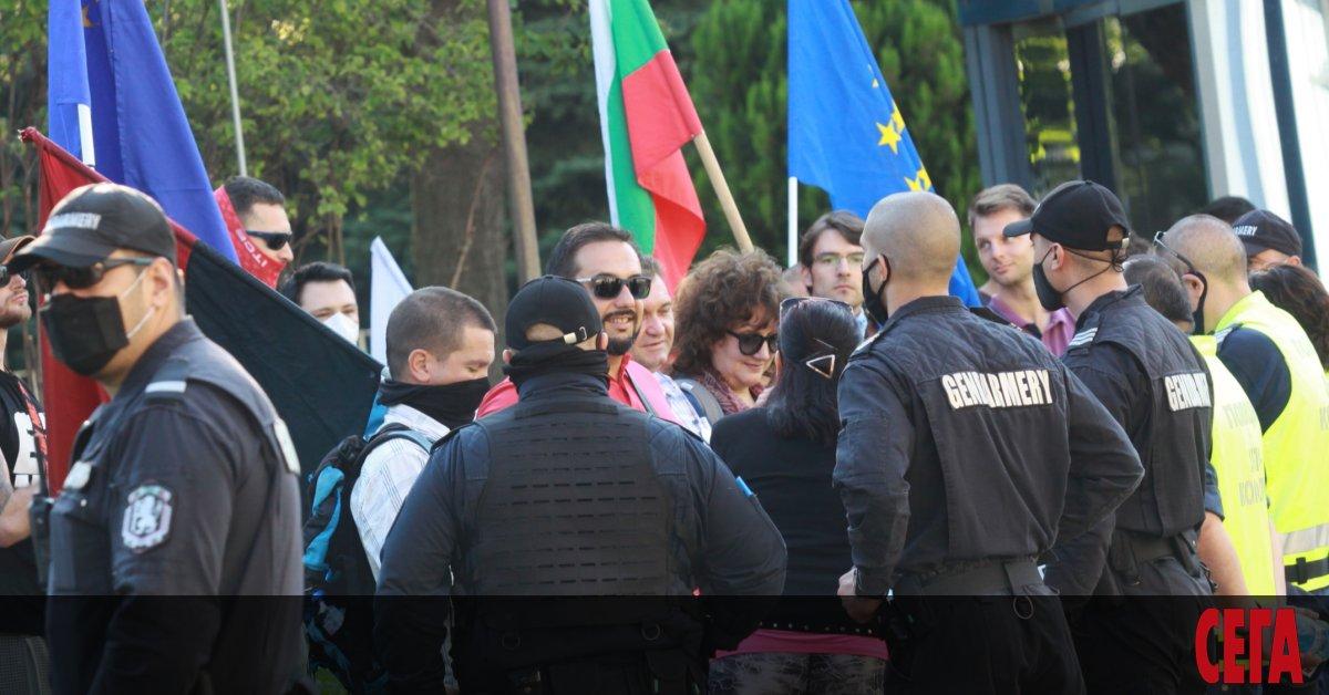 Протестиращи се събраха край Народното събрание преди днешнотоизвънредно заседание на