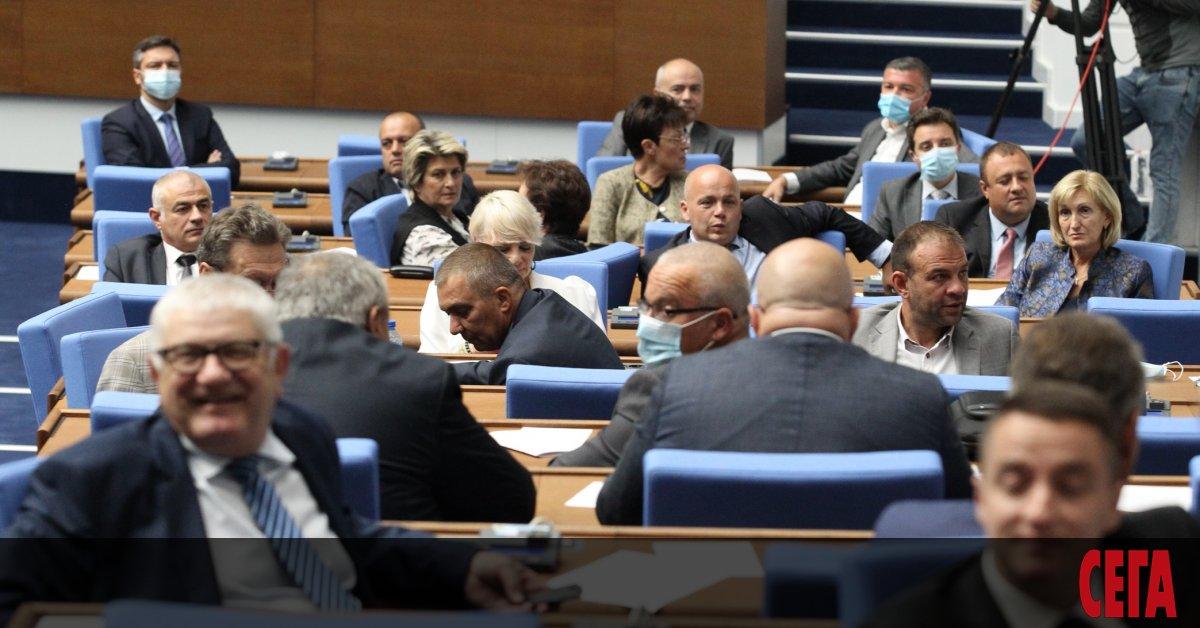 Здравният министър Костадин Ангелов позволи на депутатите да са в