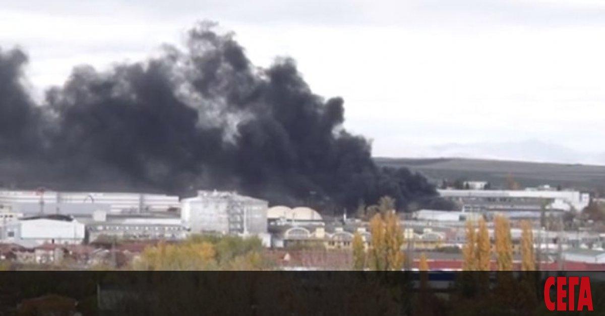 Голям пожар е възникнал малко след 12 ч. днес в