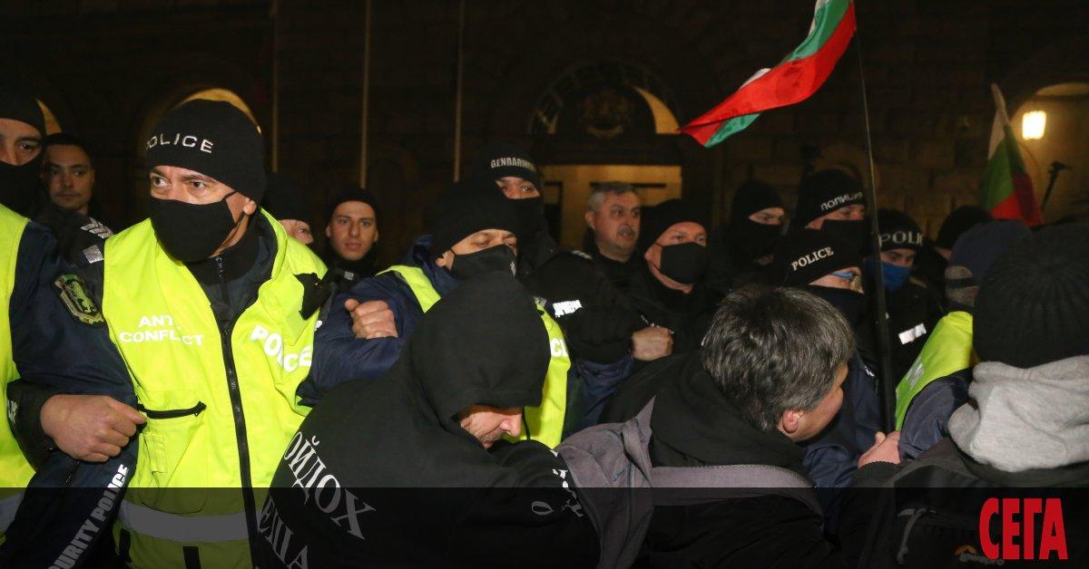 Протестиращи граждани срещу управлението на страната влязоха в сблъсък с