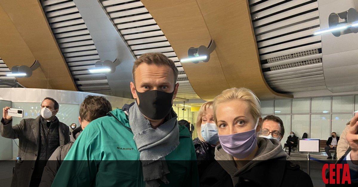 Руският опозиционер Алексей Навални бе задържан на летище
