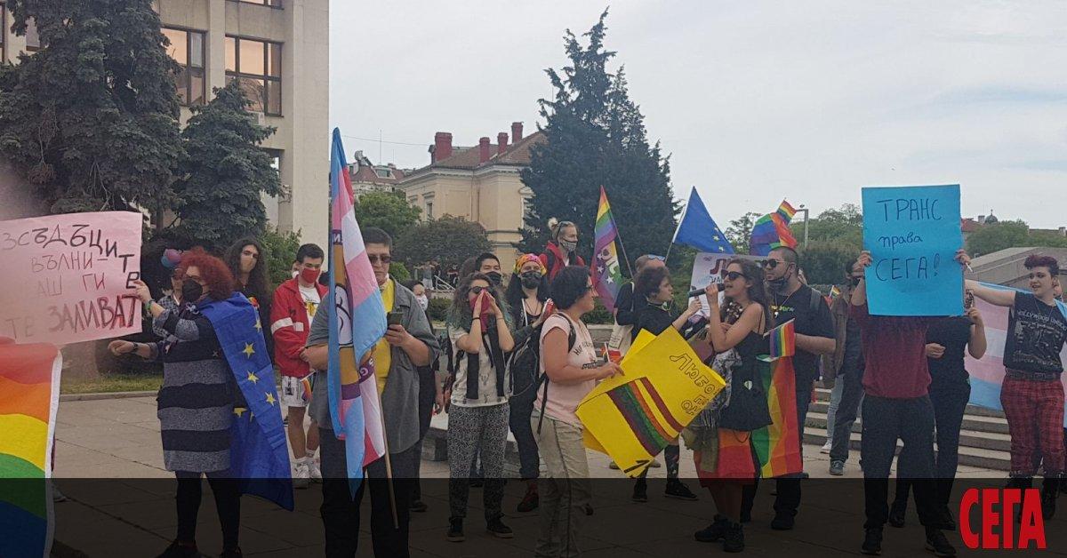 Гейпаради парад на хетеропривържениците се проведохаедновременно в Бургас, като при