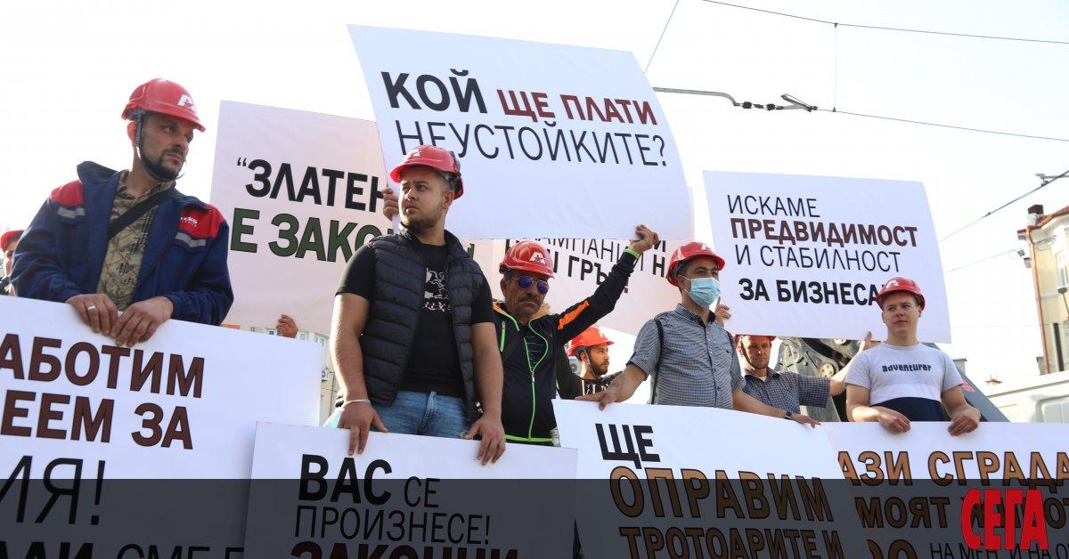 След като организира протест със свои работници пред регионалното министерство