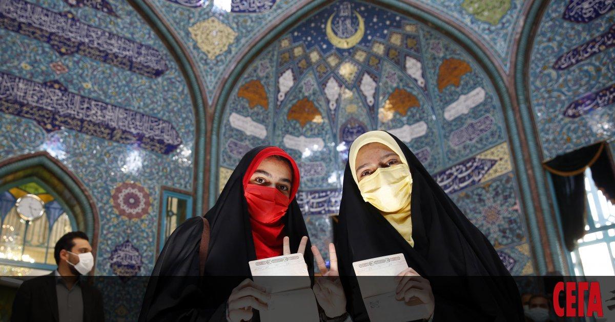 Иранците гласуват днес на президентски избори, които вероятно ще бъдат