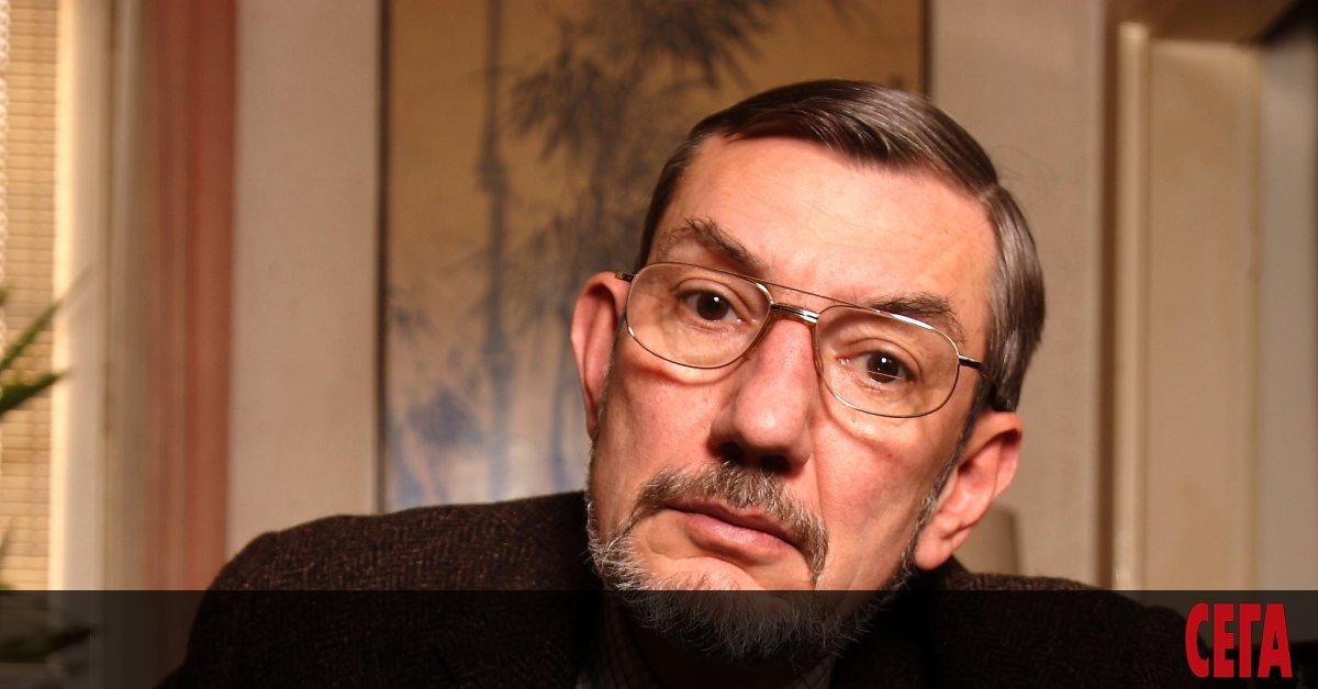 Иво Хаджимишев е роден през 1950 година в София. Баща