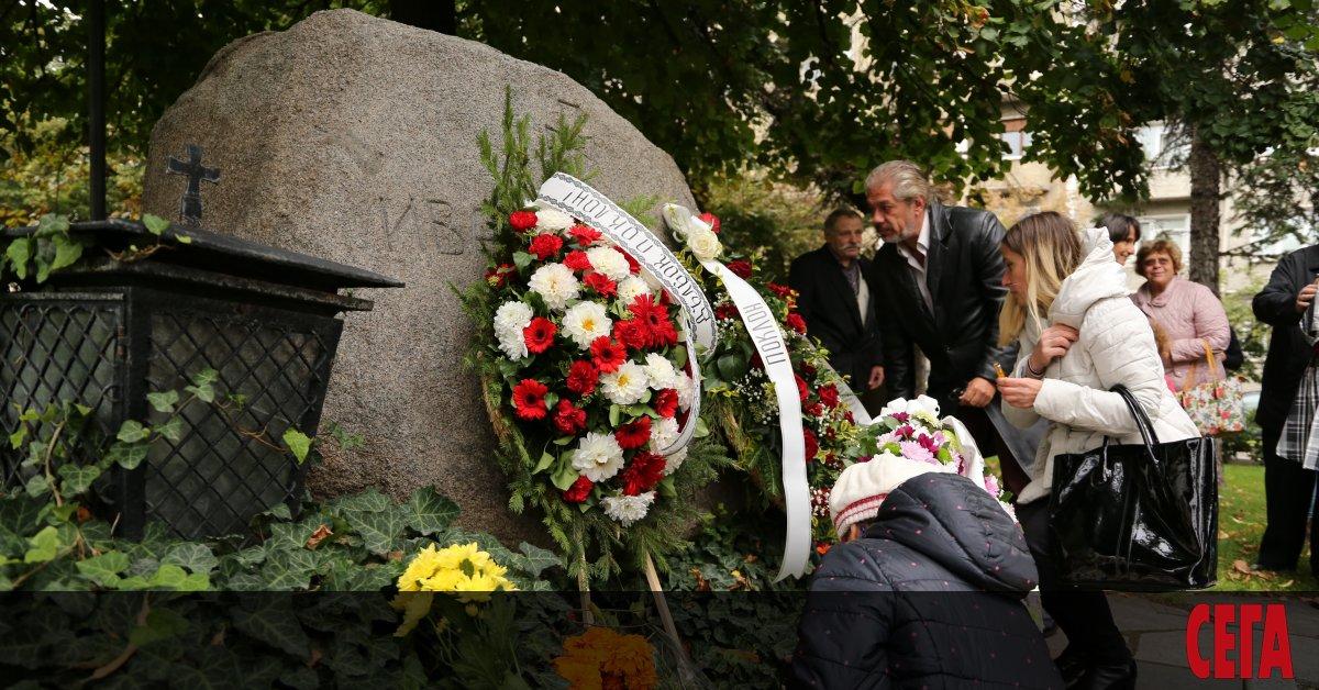 С венци и цветя признателни българи отрупаха паметния камък пред