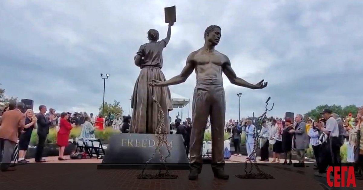 Две седмици след като 12-тонната статуя на генералаот Конфедерацията Робърт