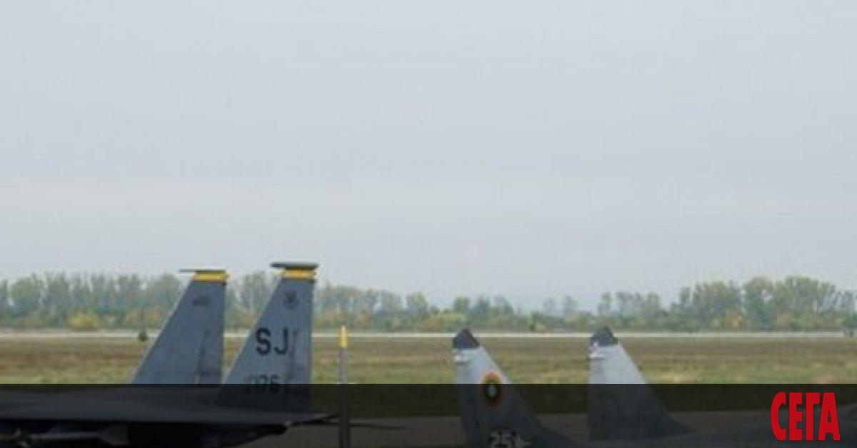 Пет изтребителя F-15Е, част от 336-а бойна ескадрила, от състава