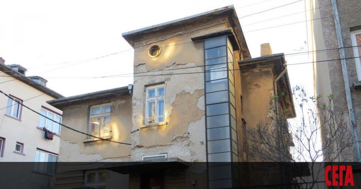 Поредна сграда с архитектурна и историческа стойност в центъра на