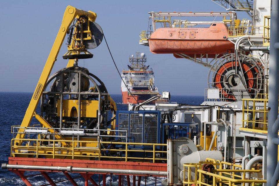 Шок - петролните фирми вече няма къде да складират добивите   СЕГА